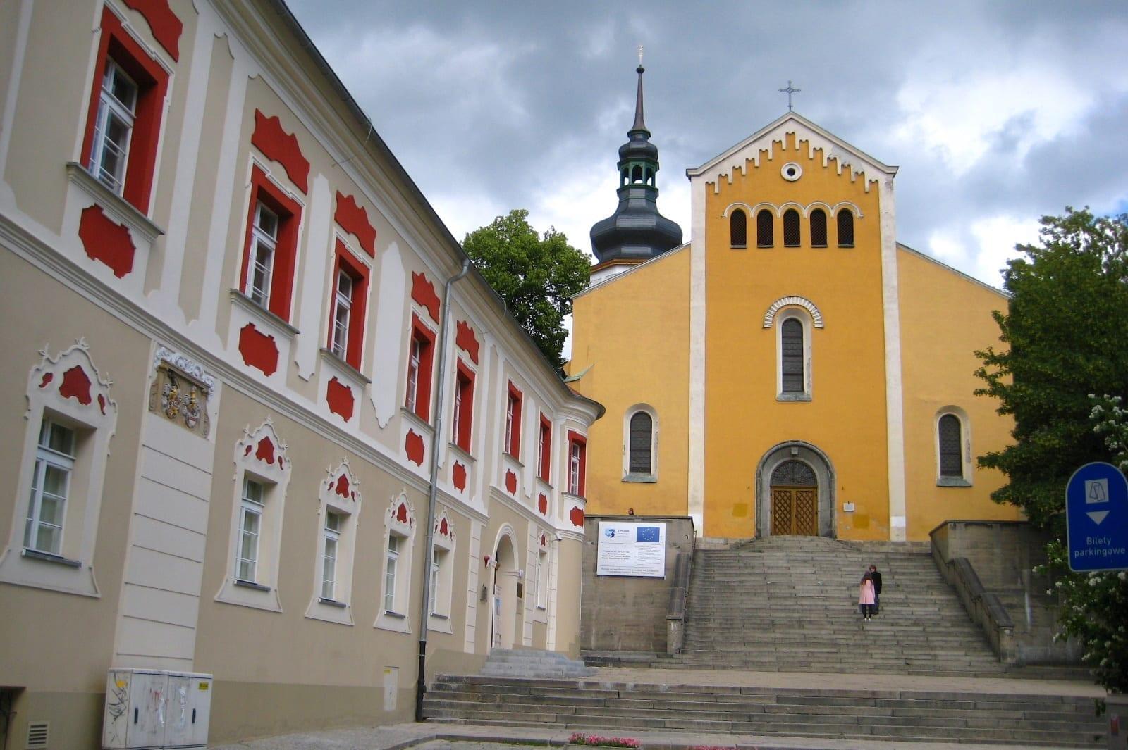 Fachada de la Iglesia en la colina con la pared del Museo Regional a la izquierda Opole Polonia