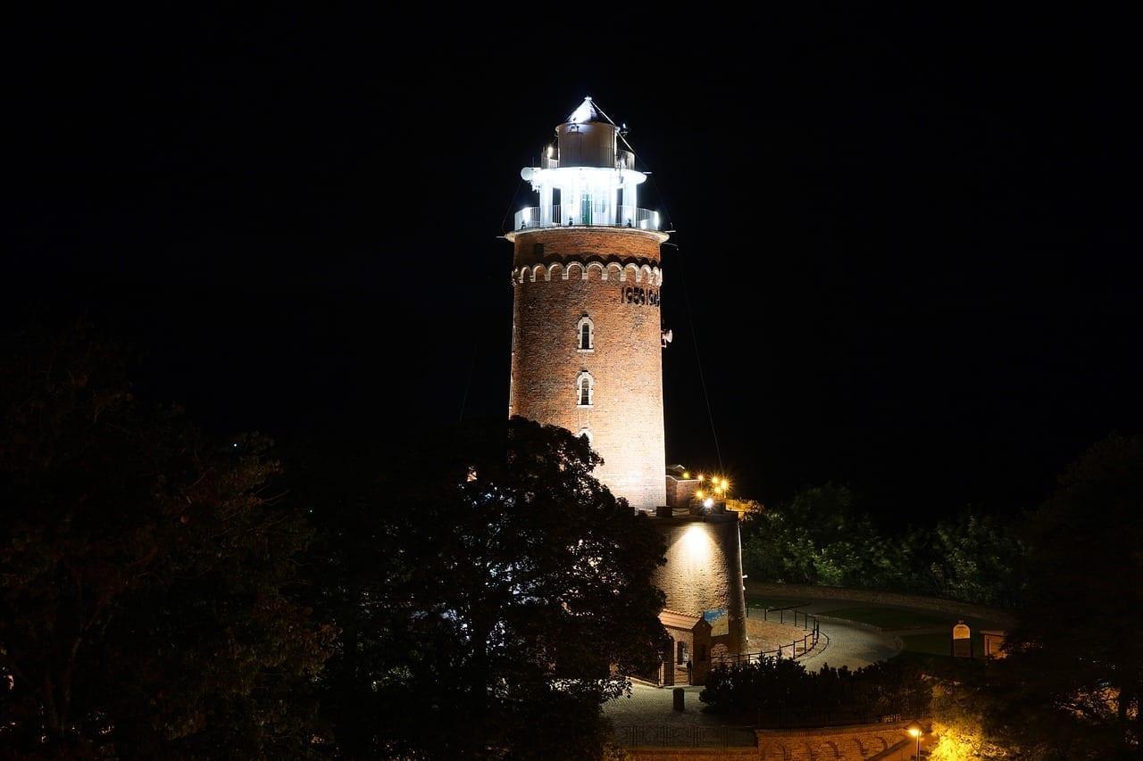 Faro Kołobrzeg Por La Noche Polonia