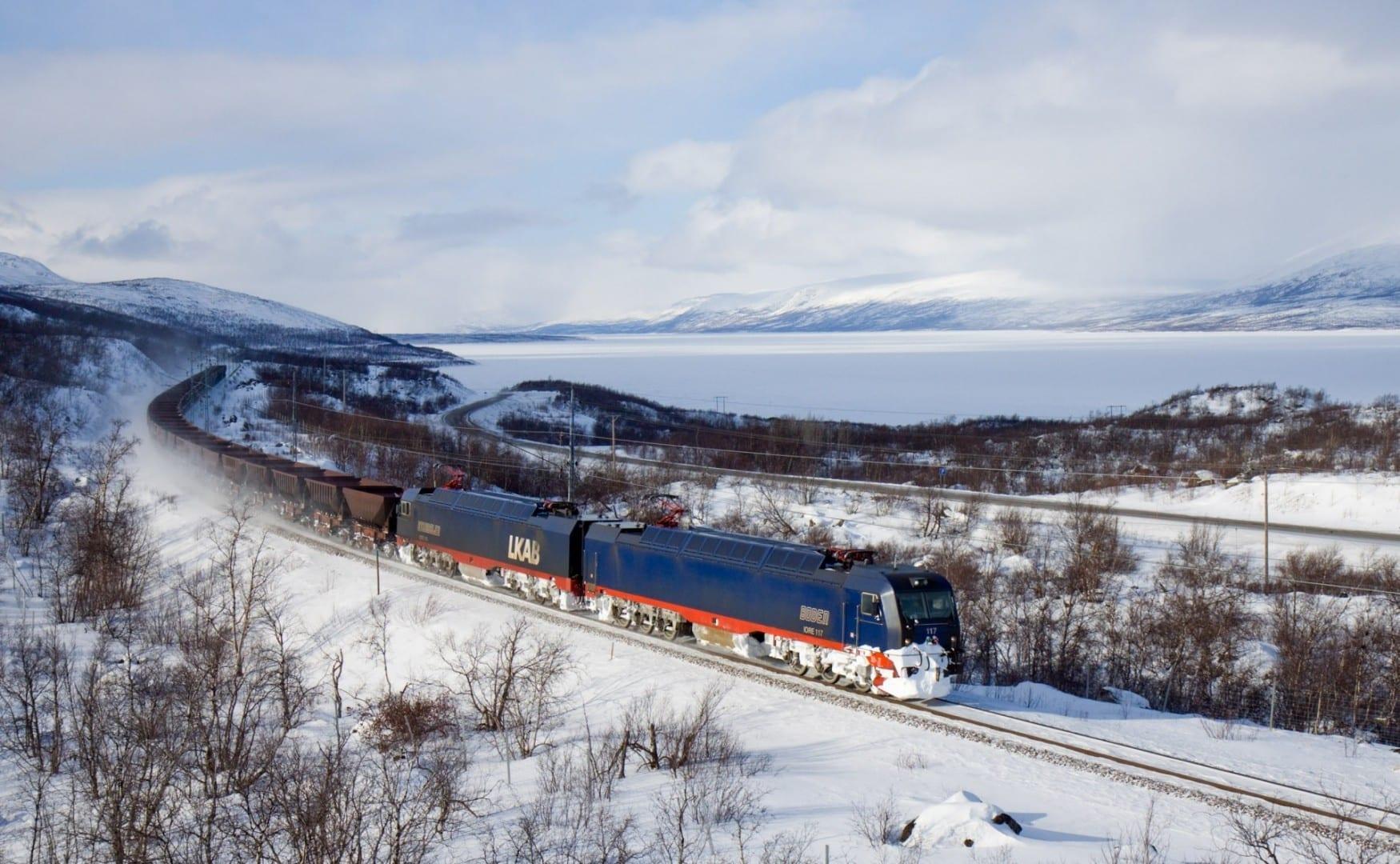 Ferrocarril de mineral de hierro entre Narvik y Kiruna, invierno en el lago Torneträsk, Suecia Narvik Noruega