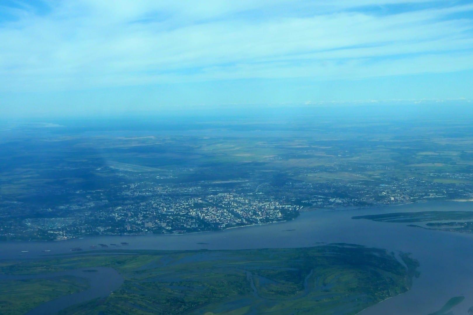 Foto aérea de Khabarovsk, mostrando claramente la confluencia de los ríos Amur y Ussuri. Khabarovsk Rusia