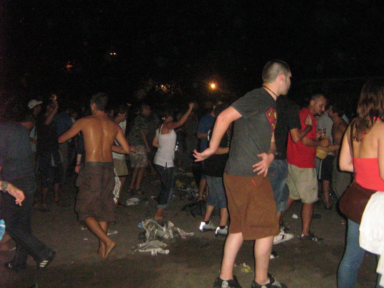 Gente bailando en la playa durante el Spirit of Burgas Fest Bourgas Bulgaria