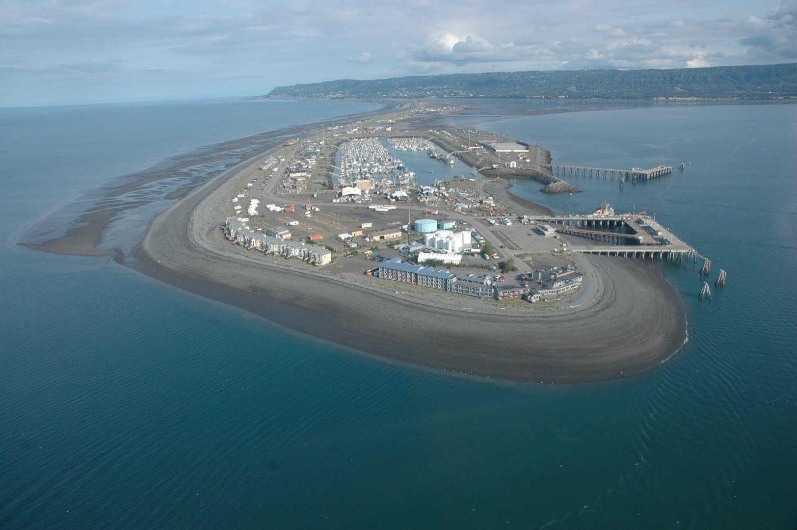 Homer Spit es un muy usado y muy querido pedazo de tierra de 7,2 km que sobresale en la bahía de Kachemak. Homer AK Estados Unidos