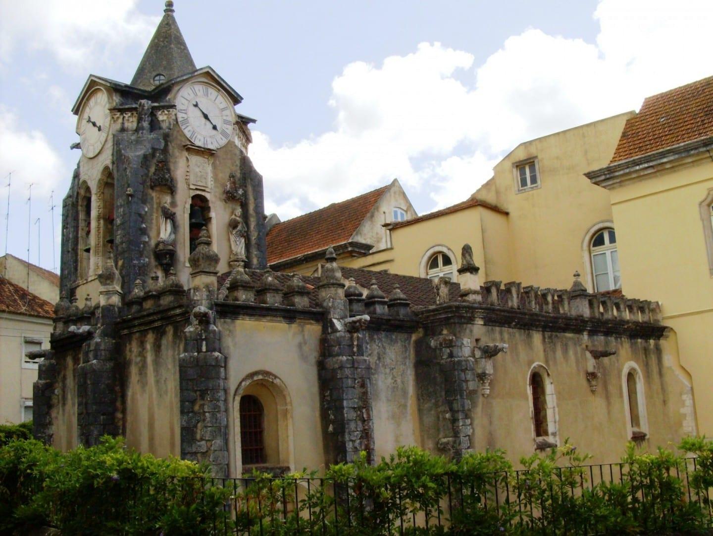 Igreja de Nossa Senhora do Pópulo, con el hospital termal directamente detrás. Caldas da Rainha Portugal