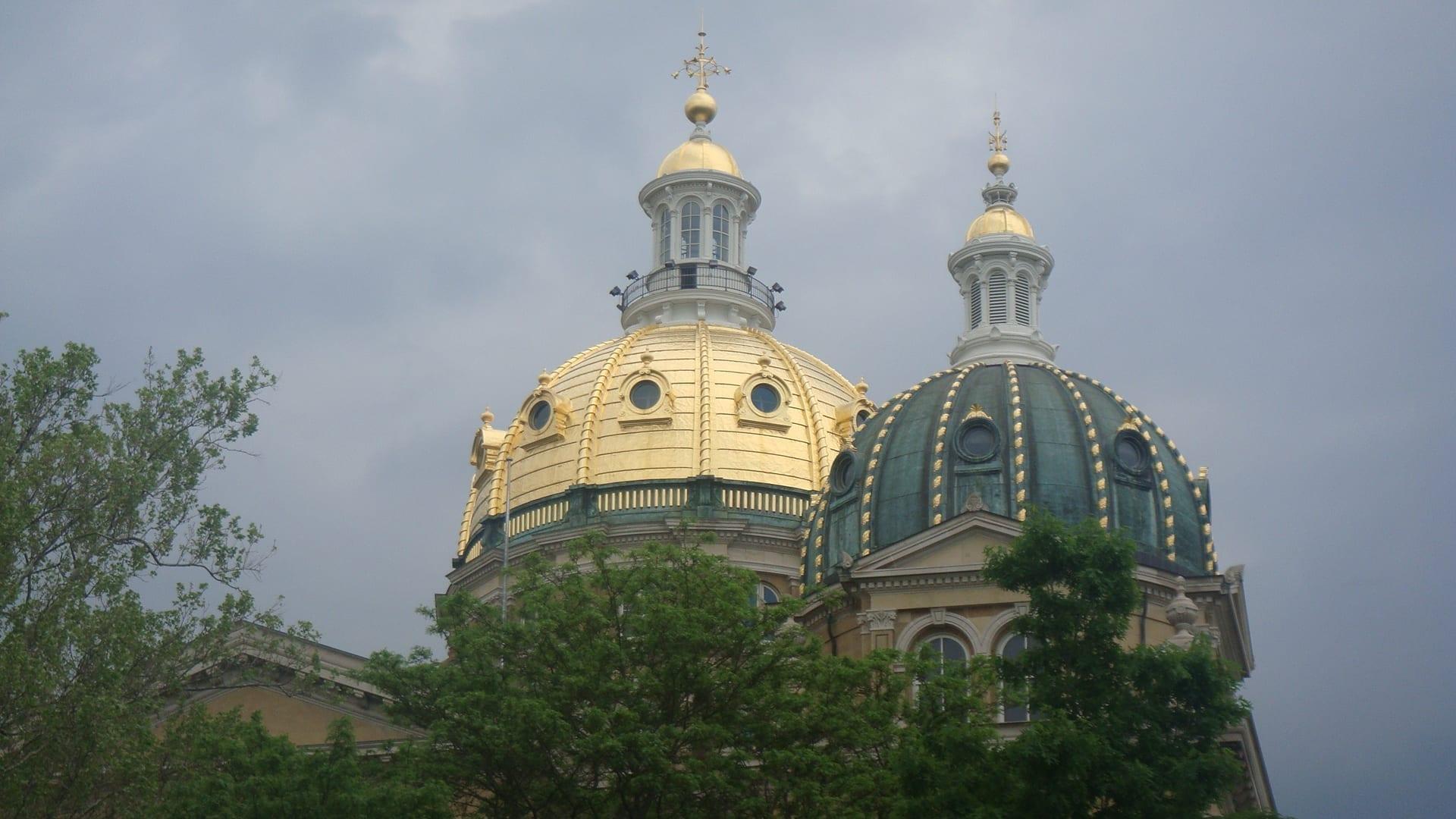 Incluso en un día nublado, dos de las cúpulas del capitolio siguen brillando Des Moines (Iowa) Estados Unidos
