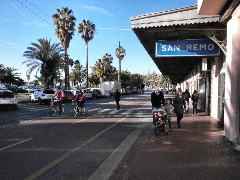 La antigua estación de tren cerca de la costa, ahora es la estación de un carril bici. San Remo Italia