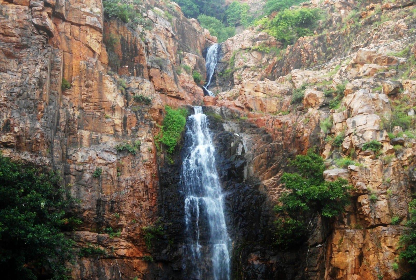 La arenisca de las rocas de cuarzo de detrito en Kapilatheertham Tirupati India