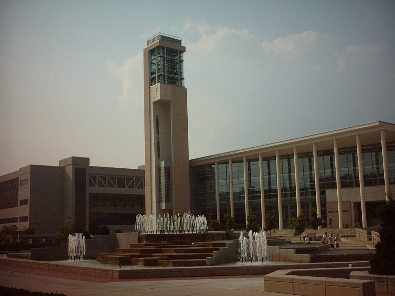 La biblioteca Meyer con fuentes en el campus de la MSU Springfield (Missouri) Estados Unidos