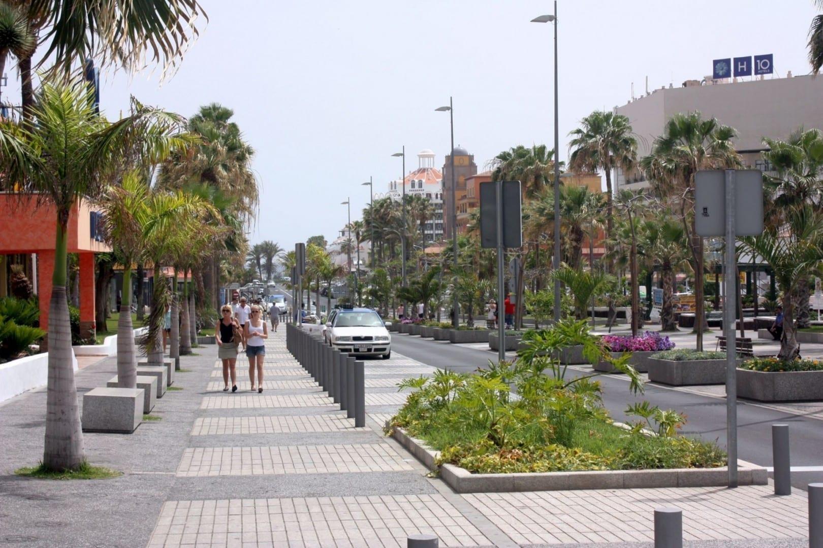La calle comercial en Playa de las Américas Playa de las Américas España