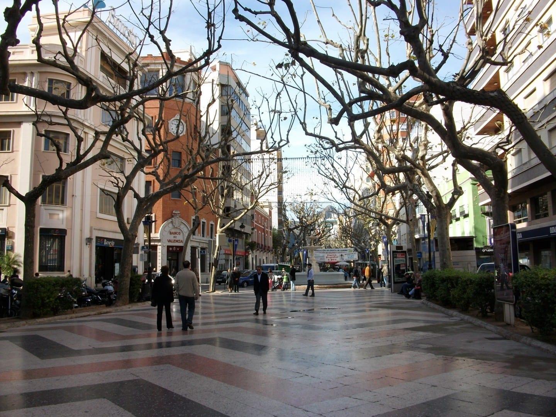 La calle peatonal en el casco antiguo Gandía España