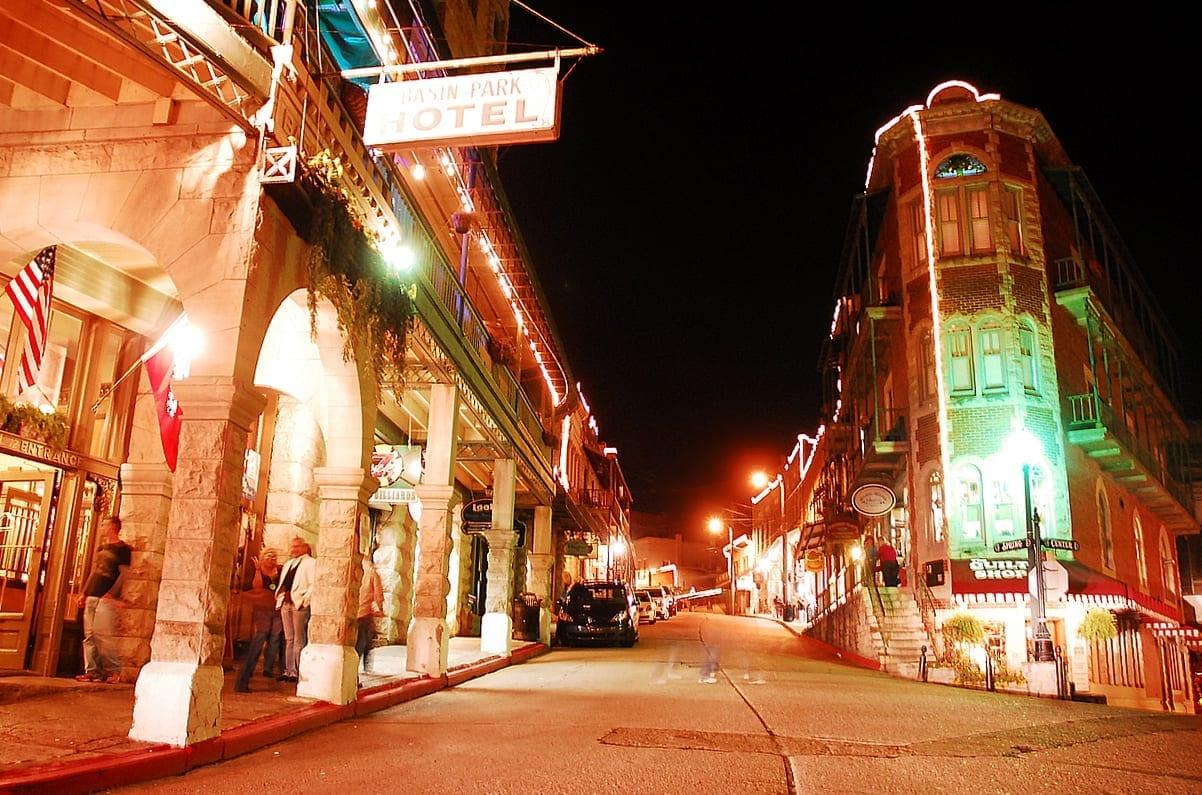 La calle Spring y el edificio Flatiron de noche Eureka Springs AR Estados Unidos