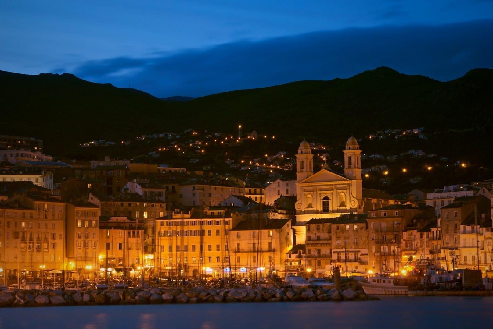 La catedral de San Juan Bautista con vistas al Vieux Port de Bastia Bastia Francia