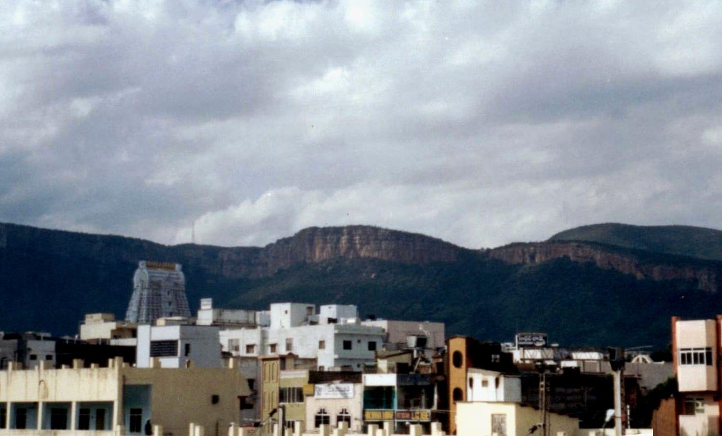 La ciudad de Tirupathi y las colinas de Tirumala Vista desde la estación de tren de Tirupathi Tirupati India