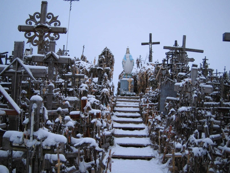 La Colina de las Cruces después de una nevada Siauliai Lituania