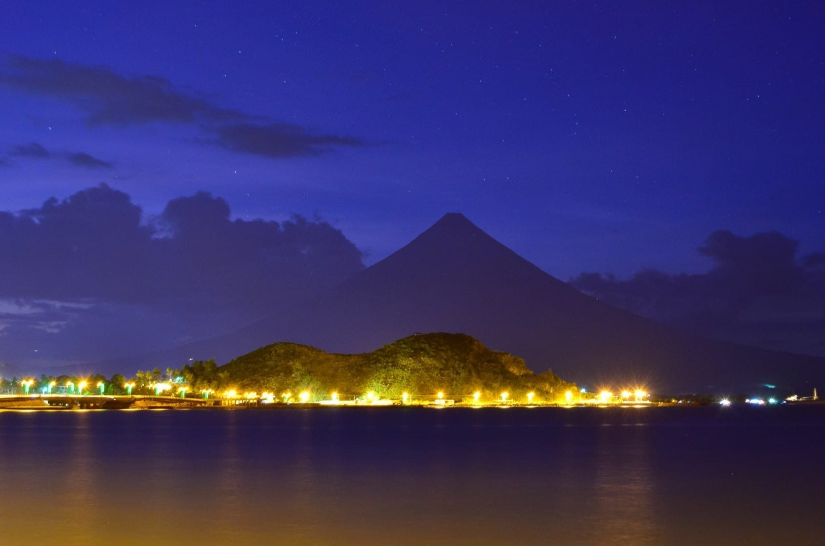 La colina Kapuntukan y el Boulevard Legazpi de noche Legazpi Filipinas