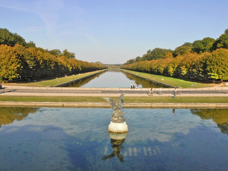 La cuenca de las cascadas del parque del castillo de Fontainebleau Fontainebleau Francia