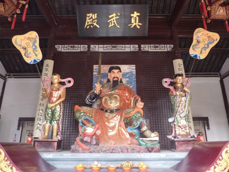 La deidad guerrera Zhenwu, asistida por el General Serpiente y el General Tortuga, en el Palacio Wudangxing de Yangzhou (武当行宫, Wudangxing gong), un te taoísta Yangzhou China
