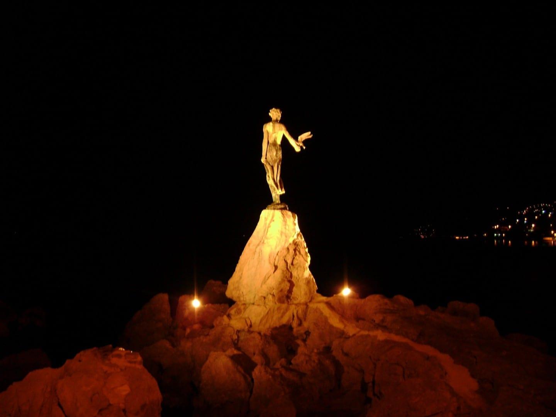 La doncella con la gaviota en la noche Opatija Croacia