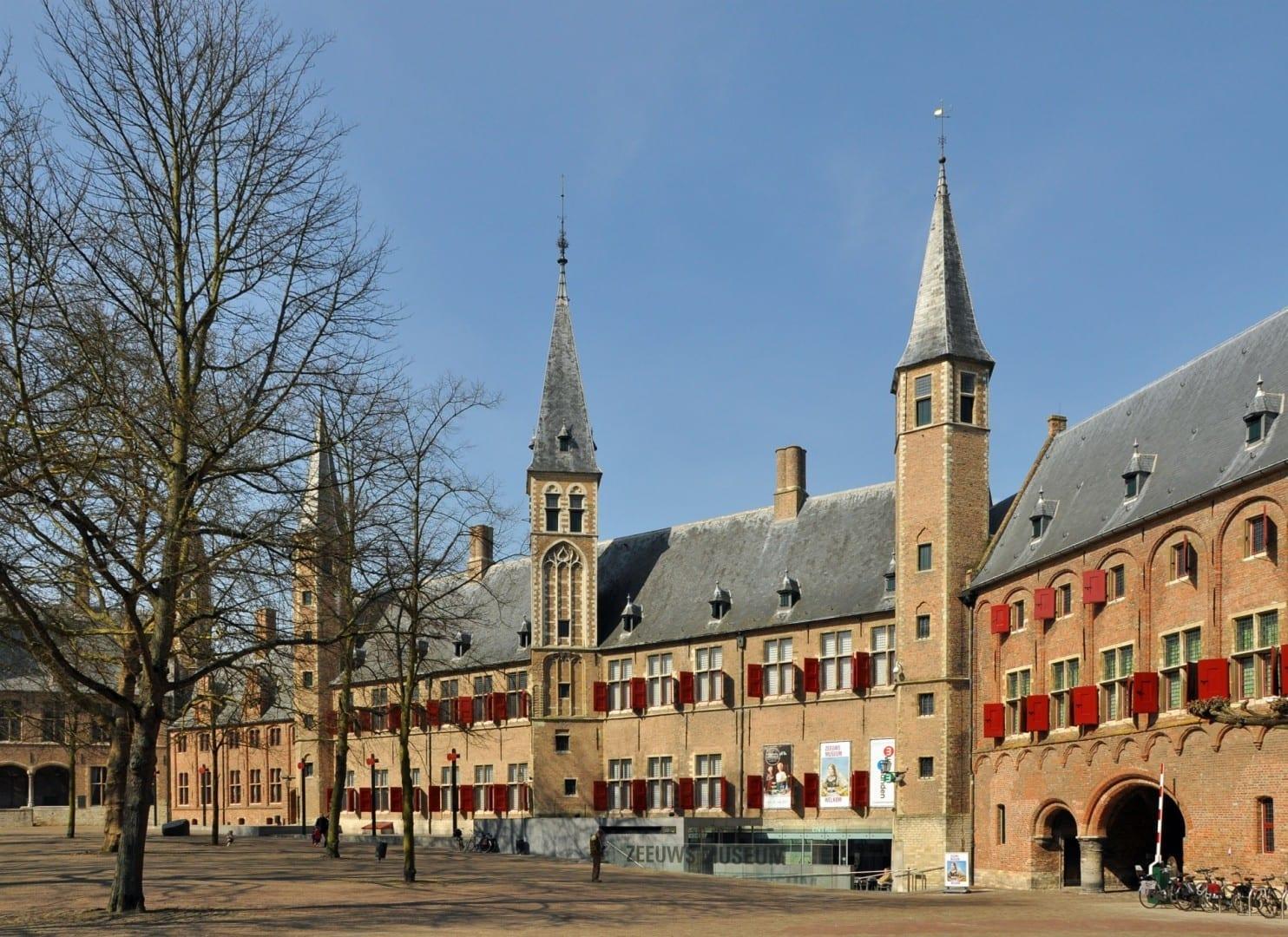 La enorme antigua abadía es ahora el hogar del Museo Zeeuws Middelburg Países Bajos