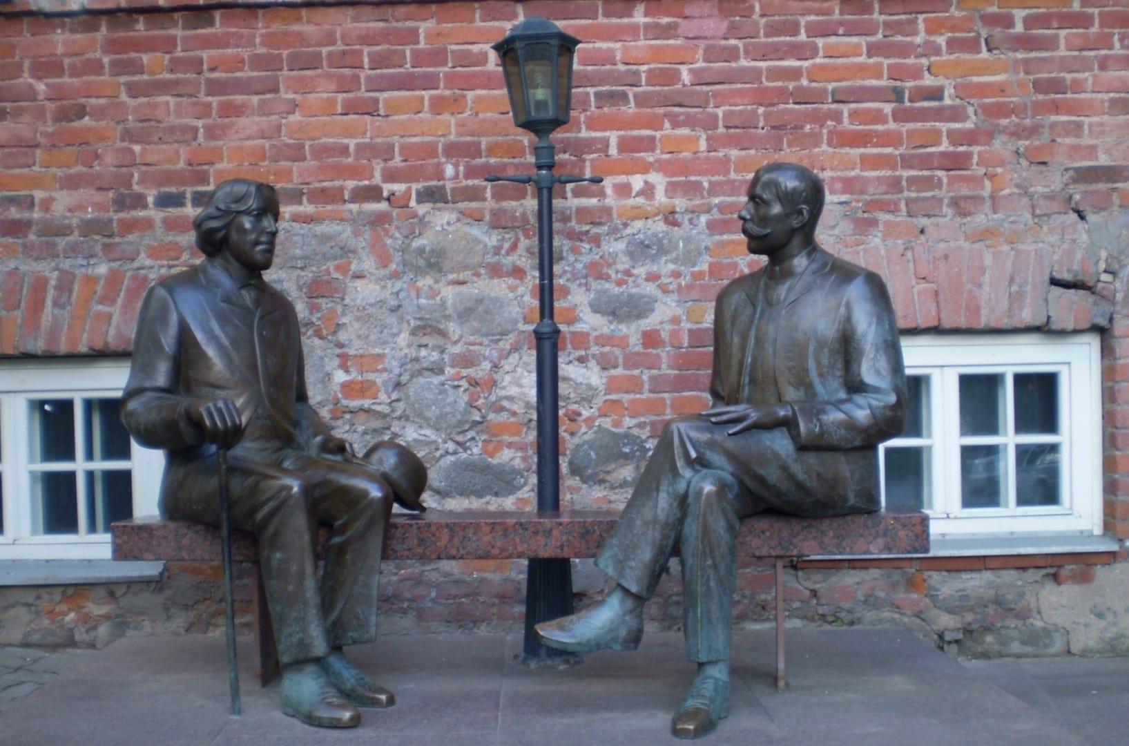 La estatua de Oscar Wilde y Eduard Vilde en Tartu Tartu Estonia