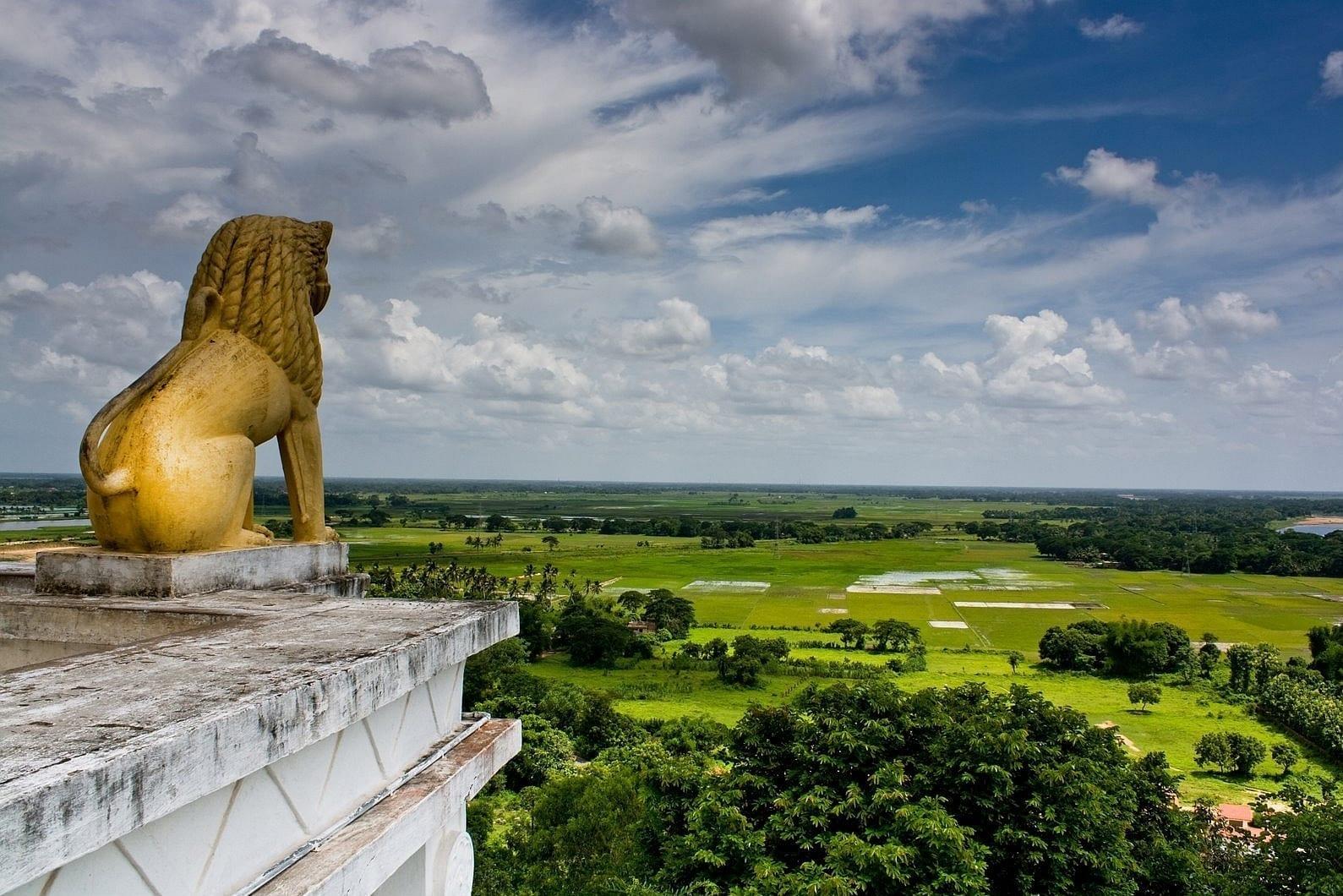 La estatua del león en Dhauligiri y el paisaje desde la cima de Dhauligiri Bhubaneswar India
