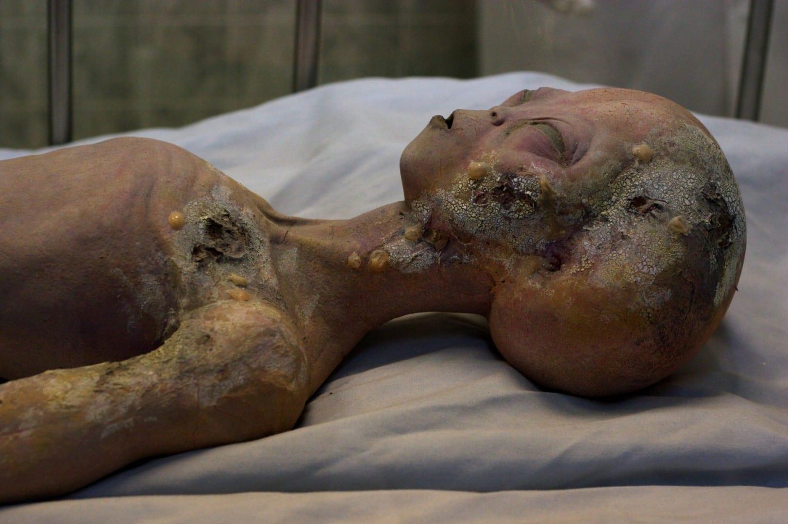 La exhibición de la autopsia de un alienígena en el Museo Internacional de OVNIs Roswell NM Estados Unidos