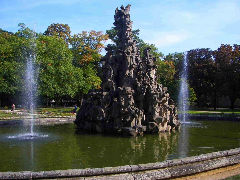 La fuente de Hugenotten en el Schlossgarten Erlangen Alemania