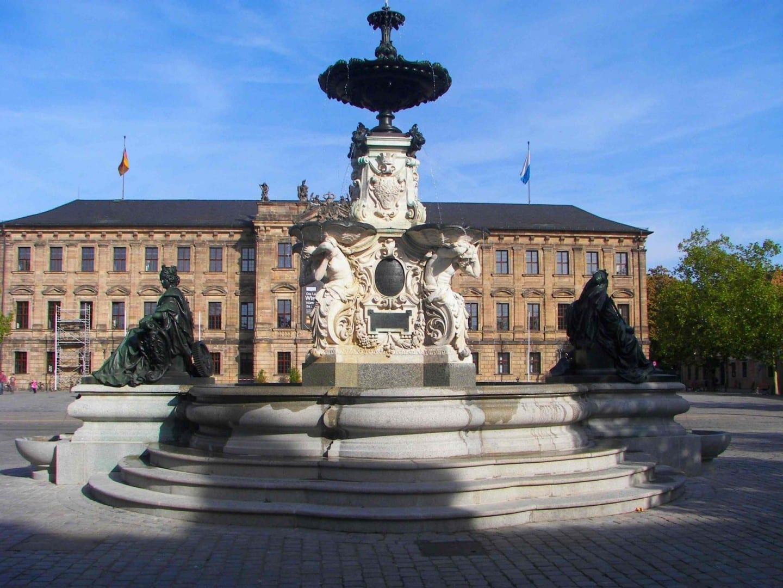 La fuente Pauli en la Schlossplatz, el edificio del fondo, es ahora utilizado - naturalmente - por la universidad Erlangen Alemania