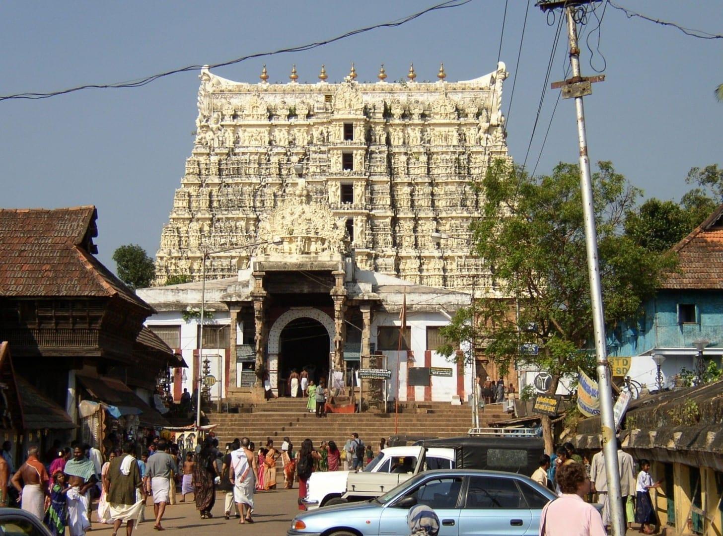 La gopuram, una torre monumental, a la entrada del templo de Sri Padmanabhaswamy. Thiruvananthapuram India