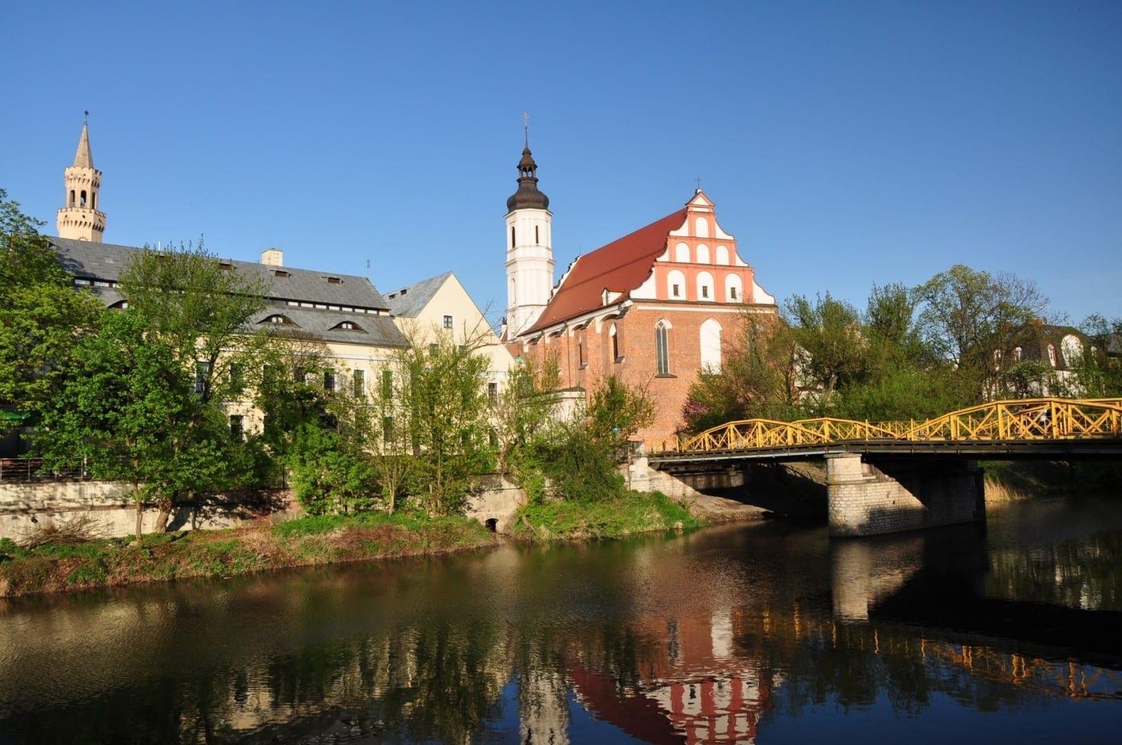 La Iglesia de la Santísima Trinidad vista desde la orilla del río Opole Polonia