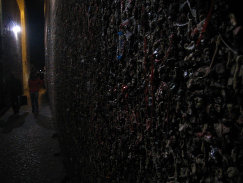 La infame pared de goma de mascar. San Luis Obispo CA Estados Unidos