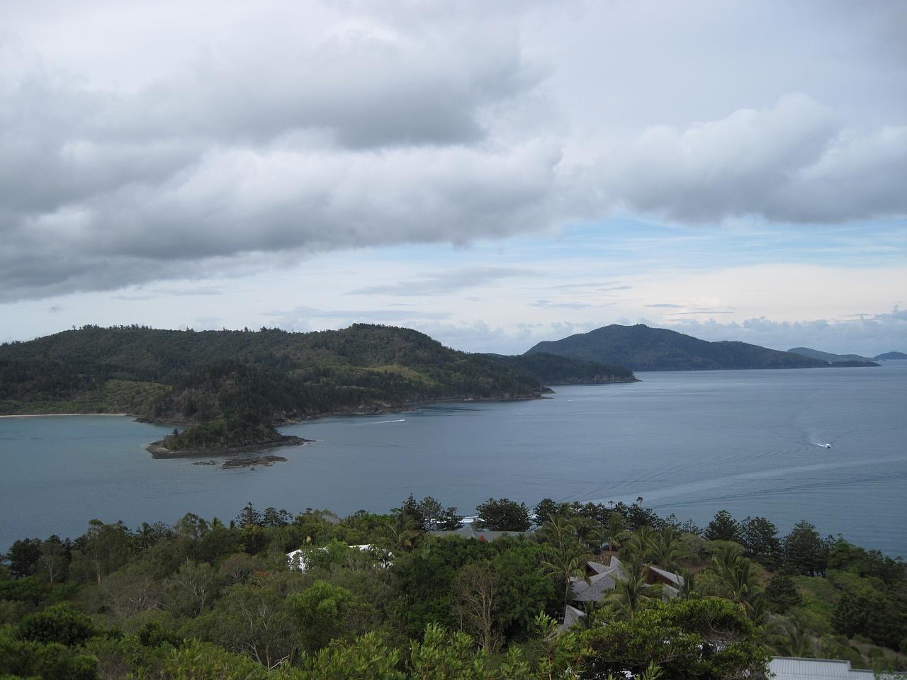 La isla Hamilton en primer plano, la isla Whitsunday al fondo y la pequeña isla Fitzalan entre ambas. Islas Hamilton Australia