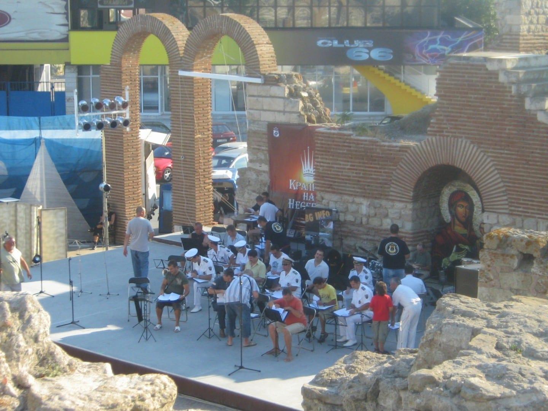 La orquesta se prepara para actuar en la escena musical al aire libre de Nesseber Bourgas Bulgaria