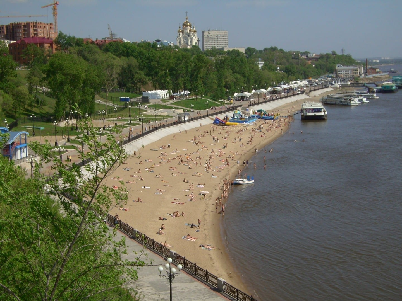 La playa de la ciudad con la Catedral de la Transfiguración en lo alto. Khabarovsk Rusia
