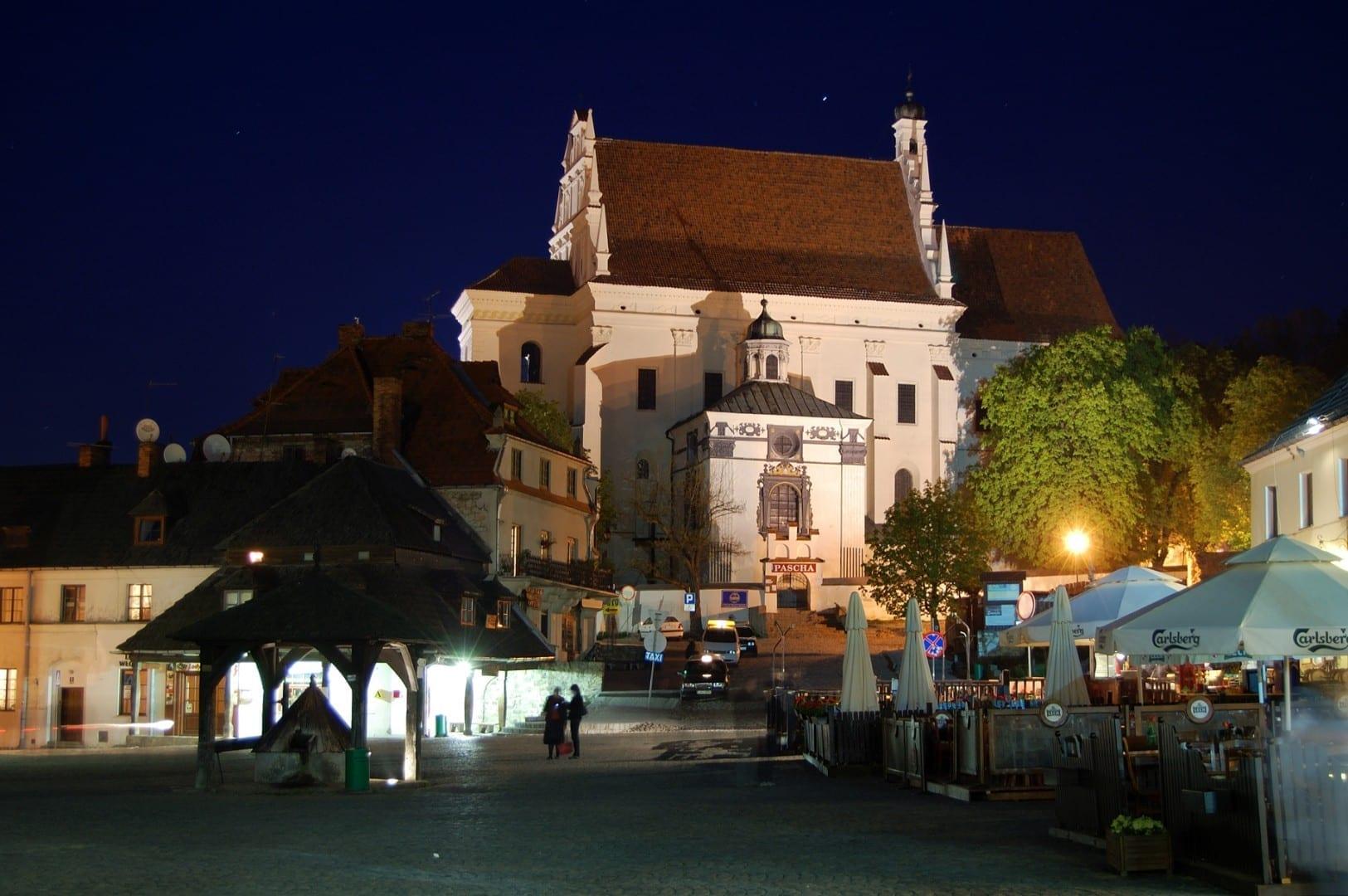 La plaza central de Rynek por la noche Kazimierz Dolny Polonia