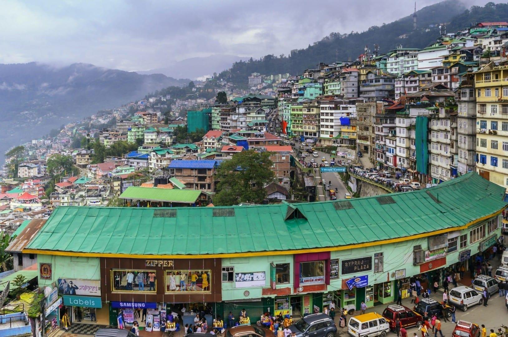 La Plaza Sypraj en el centro de Gangtok y las laderas más allá Gangtok India