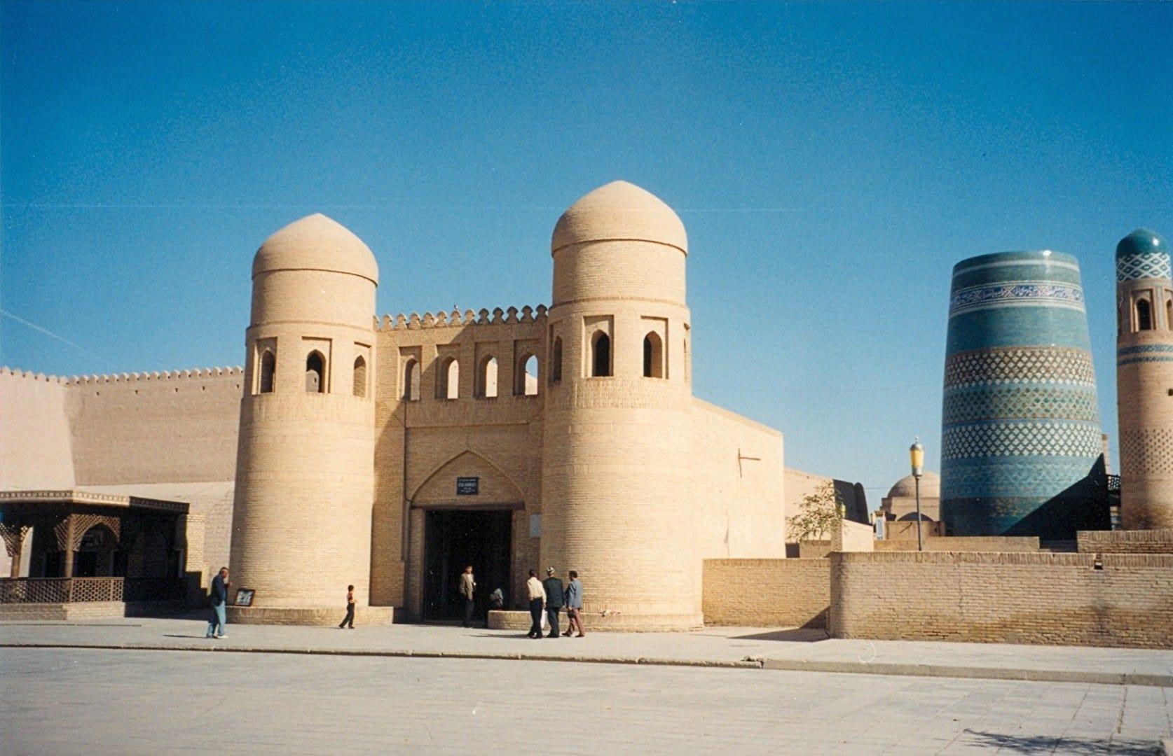 La puerta oeste de la ciudad vieja Jiva Uzbekistán