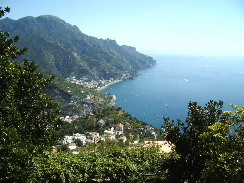 La vista desde Ravello de la bahía de abajo Ravello Italia