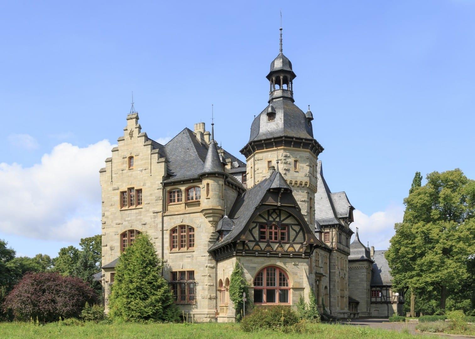 Landhaus Pflugensberg, una casa solariega al estilo de un castillo que fue construida a finales del siglo XIX Eisenach Alemania