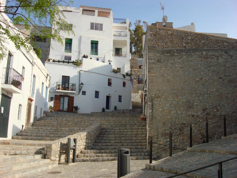 Las calles de la ciudad vieja Ibiza (Isla) España