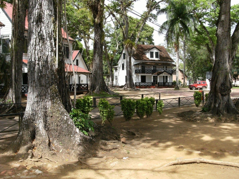 Las casas de los antiguos oficiales cerca del fuerte Zeelandia Paramaribo Surinam