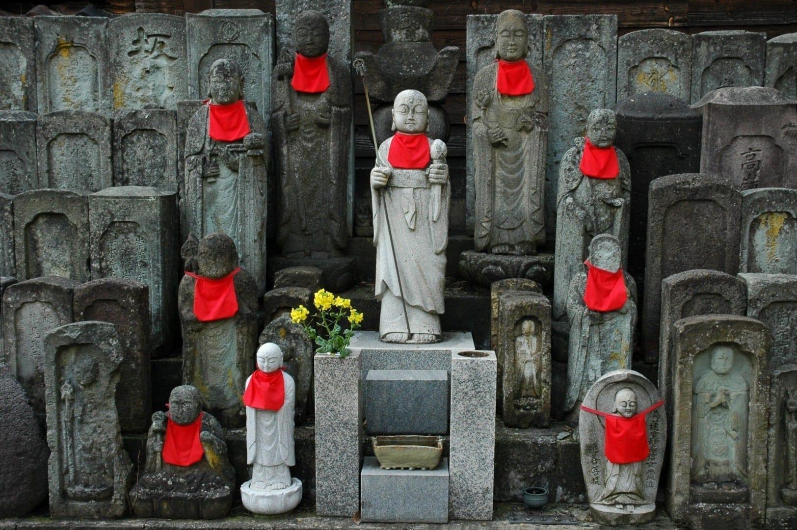 Las estatuas de Jizō, el patrón de los viajeros, en Teramachi Kanazawa Japón