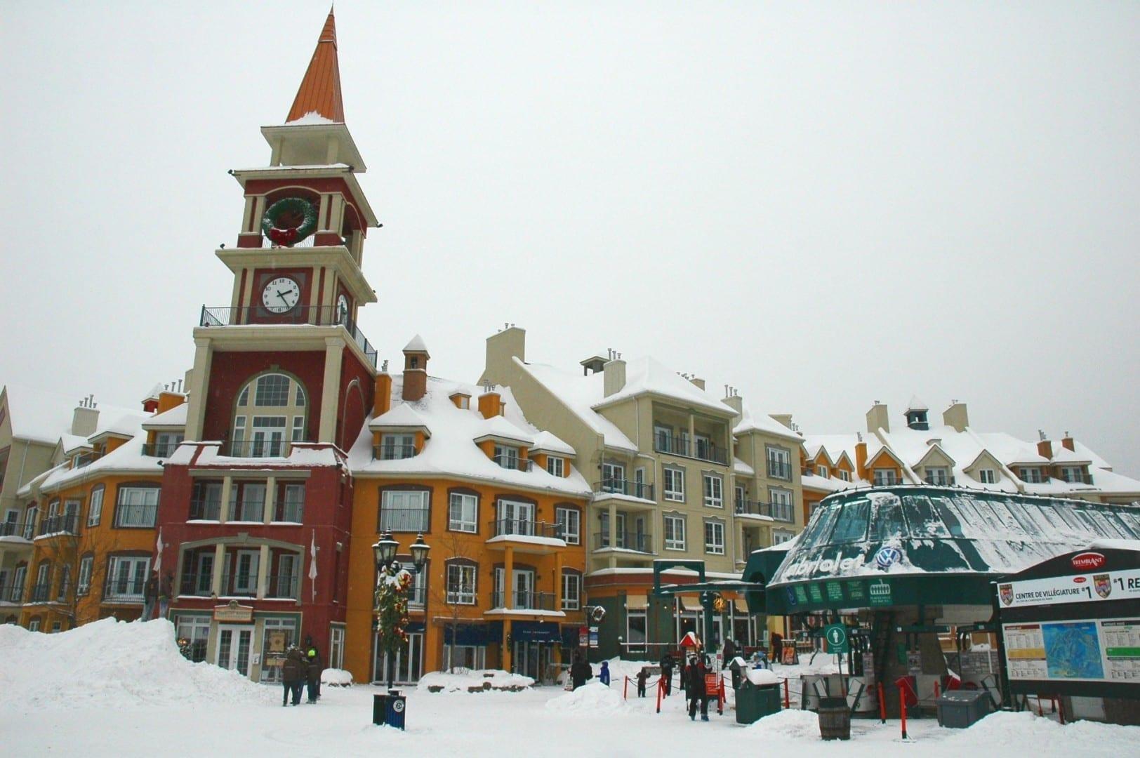 Los brillantes colores de la aldea baja después de una fuerte nevada Mont-Tremblant Canadá