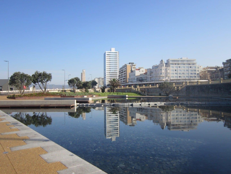 Los edificios de la costa de Figueira da Foz reflejados en una piscina Figueira da Foz Portugal