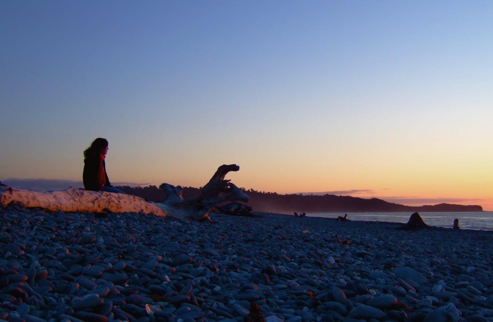 Los guijarros de cuarzo y la arena negra de la playa de Gillespie Glaciar Fox Nueva Zelanda