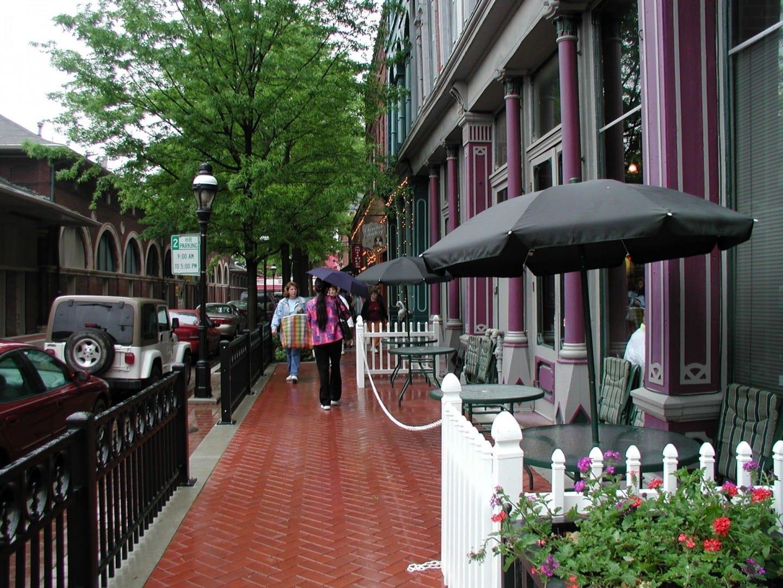 Los restaurantes y tiendas se alinean a ambos lados de la vieja Casa del Mercado en el centro de Paducah Paducah IL Estados Unidos