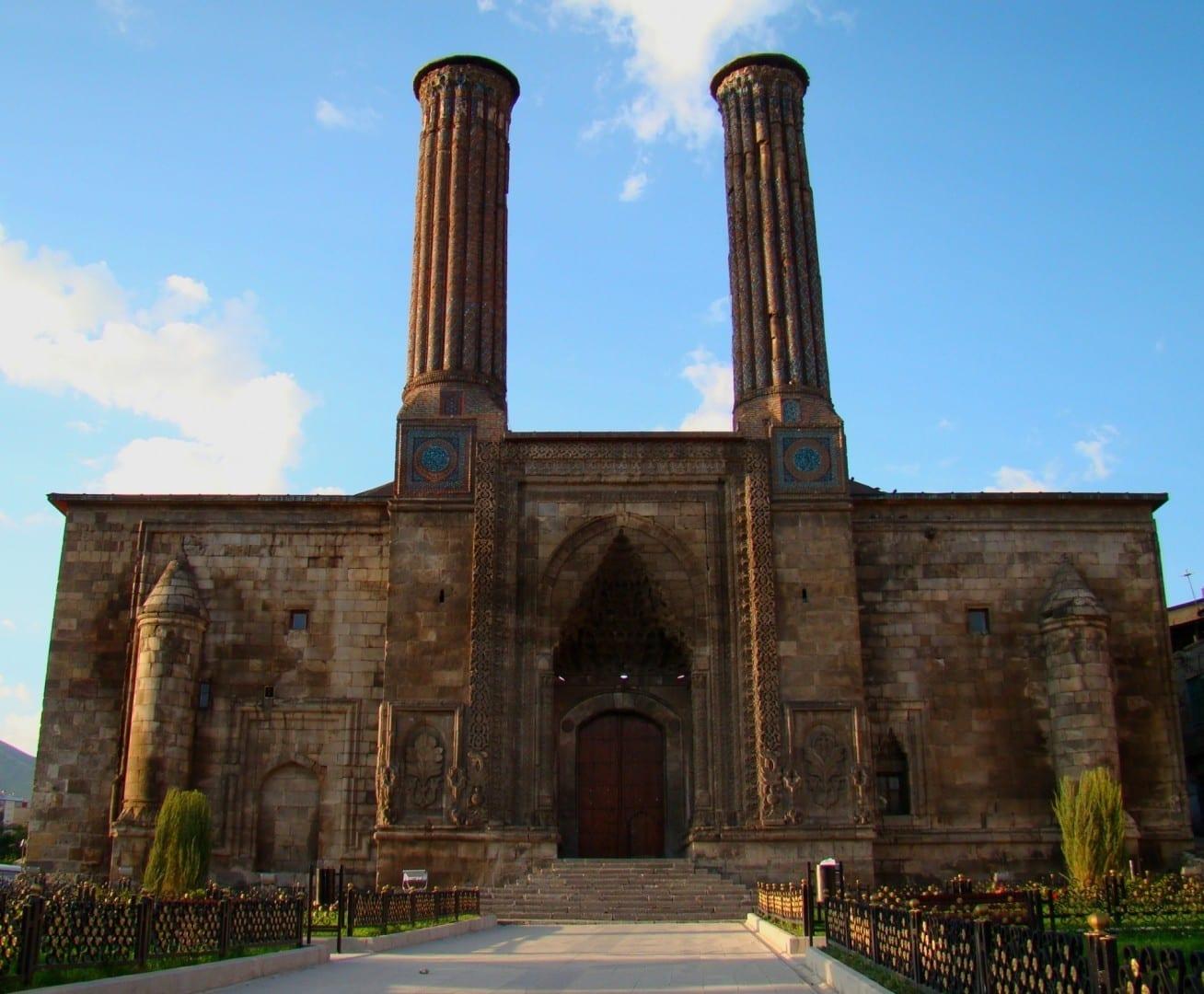 Madrasa de Minerales Gemelos construida por los selyúcidas, el edificio icónico de la ciudad, por la mañana Erzurum Turquía
