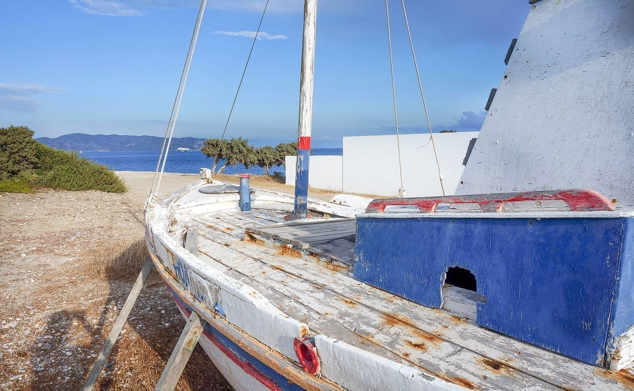 Milos Viejo Barco De Pesca Cielo Azul Grecia