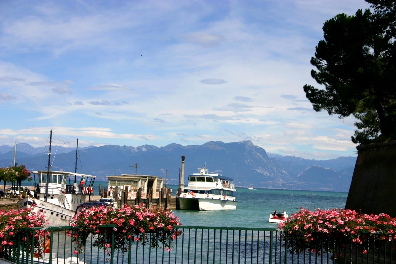 Muelle de transbordadores Peschiera del Garda Italia
