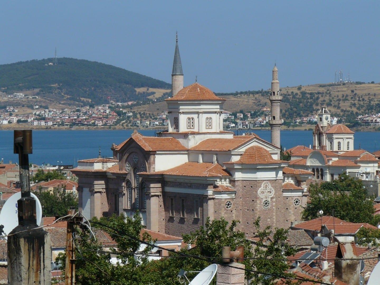 Çınarlı (centro) y las mezquitas Saatli (derecha), ambas antiguas iglesias ortodoxas griegas Ayvalik Turquía