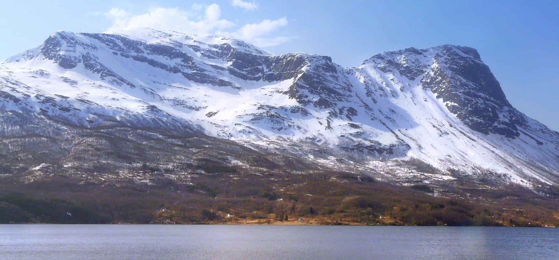 Narvik está rodeada de montañas cubiertas de nieve, como la cercana montaña de Rombaken, que se muestra aquí, y que es ideal para el esquí y el senderismo. Narvik Noruega